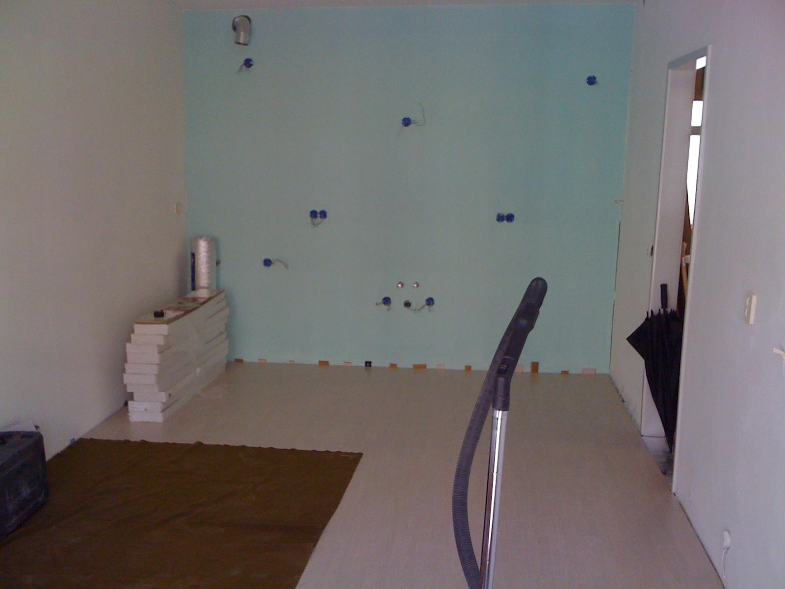 Wand gegipst en gestuct met stroompunten