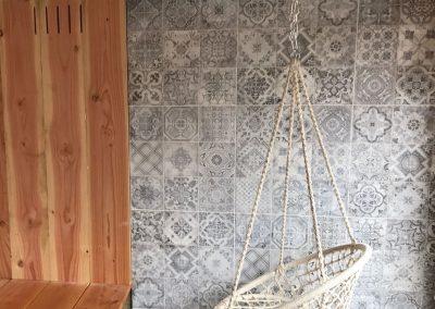 Hangstoel met Portugese tegels